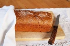Roggen 2/3 - Dinkel 1/3 - Vollkornbrot - Das Brot leuchtet in einem warmen Rotbraun